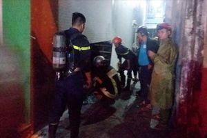 Cảnh sát PCCC phá cửa cứu 3 người mắc kẹt trong ngôi nhà bốc cháy