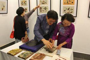 Du khách thích thú trải nghiệm 'vẽ' tranh Đông Hồ