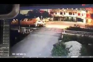 Lộ clip được cho là khoảnh khắc tàu hỏa tông ôtô chở Phó bí thư Huyện ủy ở Thanh Hóa