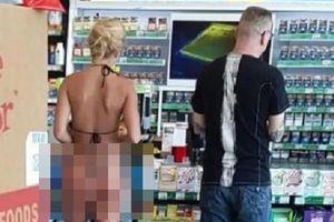 Diện bikini bé xíu 'đốt mắt' vào siêu thị, nữ du khách bị cộng đồng mạng lên án