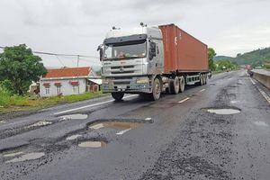 Quốc lộ 1 ngập sâu, BOT xả trạm, nỗ lực thông đường sau bão dữ