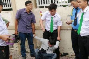 Phóng viên báo Pháp luật cùng tài xế taxi bắt gọn tên cướp có vũ khí