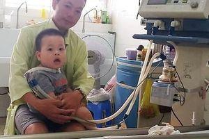 Xót thương gia cảnh của cậu bé 15 tháng tuổi mắc căn bệnh hiếm gặp 'xuất huyết thân não'