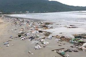 Đà Nẵng: Mưa lớn, đường phố ngập nước, bờ biển ngập rác