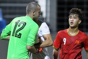 Thủ môn Sarajevo cáu gắt vì bị tiền đạo trẻ Việt Nam qua mặt