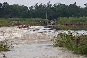 Kịp thời cứu 5 người dân bị lật thuyền giữa dòng nước chảy xiết