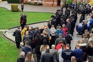 Cảnh sát Essex treo cờ rủ tưởng niệm 39 nạn nhân chết trên xe tải ở Anh