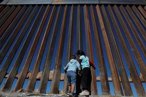 Bức tường biên giới 'bất khả chiến bại' của ông Donald Trump thua chiếc cưa 100 USD