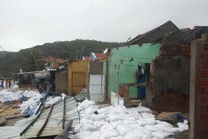 Bình Định ban bố tình trạng khẩn cấp, khẩn trương sửa kè biển bị sóng đánh sập