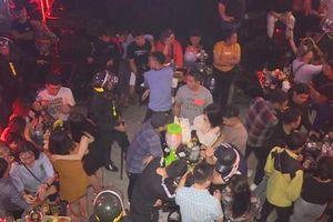 Cảnh sát kiểm tra quán bar, bắt hàng chục người liên quan đến ma túy