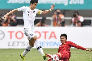 Son Heung-min phạm lỗi khi bị Quang Hải vượt qua ở ASIAD 18