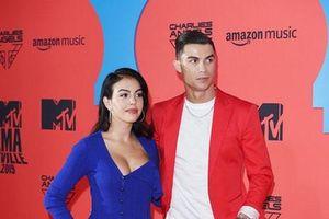 Cristiano Ronaldo bảnh bao tháp tùng bạn gái lên thảm đỏ MTV EMAs 2019
