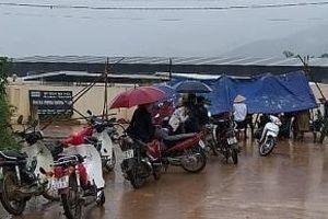 Người dân đội mưa kéo đến Công ty Gia cầm Hòa Phát yêu cầu đối thoại