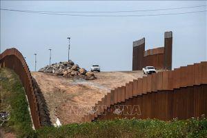 Dân buôn lậu dùng cưa điện xuyên thủng tường biên giới của Tổng thống Trump