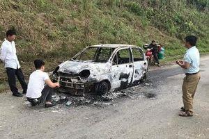 Ô tô con cháy trơ khung khi đang leo dốc