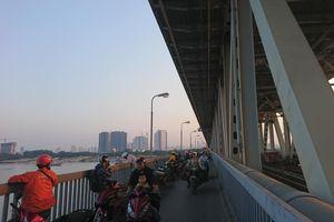 Hà Nội: Người đàn ông điều khiển xe máy lên cầu Thăng Long rồi nhảy xuống sông tự tử