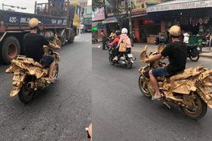Chết cười chàng trai độ xe máy như 'bàn thờ' dạo quanh phố