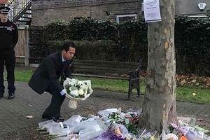 Đoàn Bộ Ngoại giao đến Anh, đặt hoa tưởng niệm 39 nạn nhân thiệt mạng