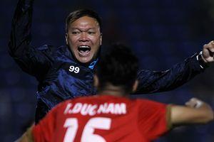 HLV Dương Hồng Sơn ăn mừng danh hiệu quốc tế đầu tiên