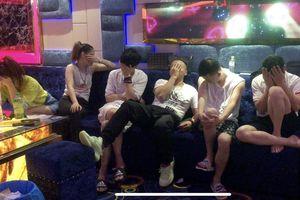 Hàng chục cô gái Việt và 19 khách Trung Quốc phê ma túy trong quán karaoke