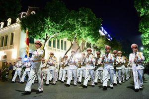 Đoàn Nghi lễ CAND biểu diễn phục vụ nhân dân tại phố đi bộ Hồ Gươm