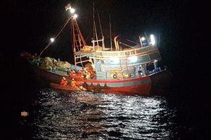 Tàu SAR 412 vượt sóng dữ cứu ngư dân đứt bàn chân ở Hoàng Sa