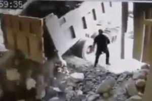 Mở thùng xe ben, tài xế bị đá rơi trúng đầu