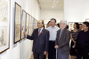 Thủ tướng Nguyễn Xuân Phúc thăm triển lãm của họa sĩ Ngô Mạnh Lân