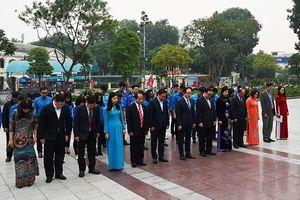 Lãnh đạo thành phố Hà Nội dâng hoa tưởng niệm tại tượng đài Lê-nin