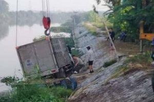 Hi hữu người đàn ông chèo thuyền dưới sông bị xe tải đè chết