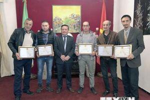 Tặng giấy khen cho một số nhà làm phim và phóng viên tại Algeria
