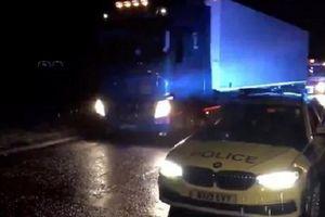 Lại phát hiện thêm một xe tải chở 15 người nhập cư lậu ở Anh