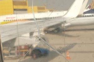 Kinh hoàng phát hiện cửa sổ máy bay bị nứt được 'vá' bằng… băng dính
