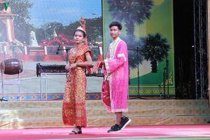 Hội diễn nghệ thuật quần chúng và trình diễn trang phục dân tộc Khmer
