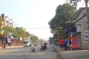 Bà bế cháu sang đường chẳng may bị xe máy tông trúng, húc văng xuống đất