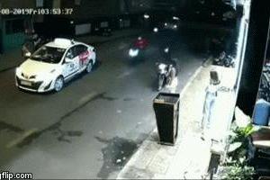Cô gái bị cướp giật, kéo ngã văng trên đường giữa phố Sài Gòn