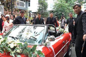 Hơn 20 vệ sĩ hộ tống xe hoa của Ông Cao Thắng - Đông Nhi