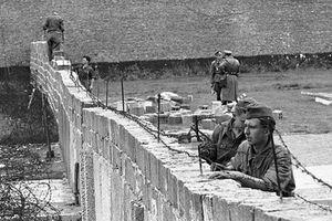 Tròn 30 năm bức tường biểu tượng của Chiến tranh Lạnh bị kéo sập