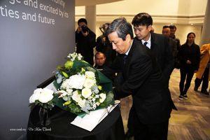 Đại sứ Việt Nam tại Anh đặt hoa tưởng niệm 39 người chết trên xe tải