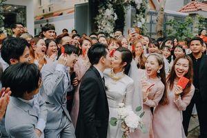 Ông Cao Thắng hôn Đông Nhi say đắm trong lễ ăn hỏi