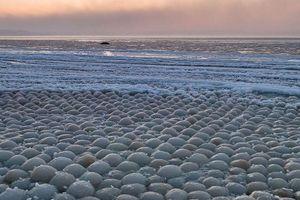 Hàng nghìn quả 'trứng băng' trôi dạt vào bờ biển Phần Lan