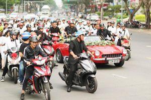 Sướng như Đông Nhi, được dàn fan hùng hậu chạy xe máy 'hộ tống' về nhà Ông Cao Thắng