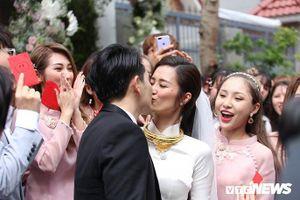 Chuyện showbiz: Đông Nhi ngọt ngào hôn Ông Cao Thắng trong lễ ăn hỏi
