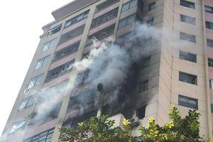 Hà Nội: Cháy lớn tại chung cư 10 tầng trong làng quốc tế Thăng Long, 30 lính cứu hỏa được huy động dập lửa