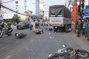 Kinh hoàng: Xe tải tông 6 xe máy đang dừng đèn đỏ