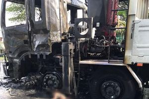 Va chạm với ô tô tải, người đi xe máy bị lửa bao trùm