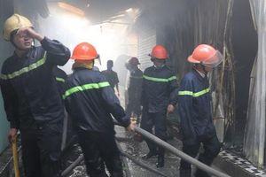 Hơn 30 ki-ốt chợ cháy ngùn ngụt, thiệt hại hàng tỉ đồng