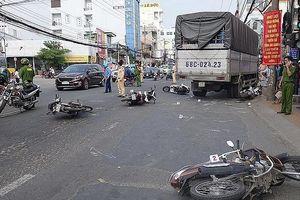 Xe tải tông hàng loạt xe máy dừng đèn đỏ, nhiều người bị thương