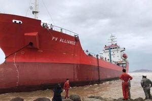 Khẩn cấp chống tràn dầu cho tàu mắc cạn tại bãi biển Khu kinh tế Dung Quất