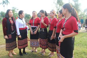 Chủ tịch Ủy ban Mặt trận Tổ quốc tỉnh dự Ngày hội Đại đoàn kết với bà con bản Mét